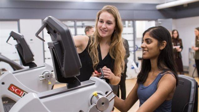 Des étudiants au Centre de recherche sur la santé mentale et l'activité physique de l'Université de Toronto