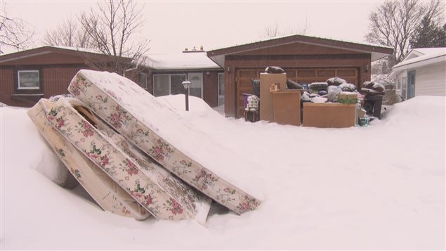 Les objets ont été placés dans la neige, devant la maison d'un résident d'Ottawa.