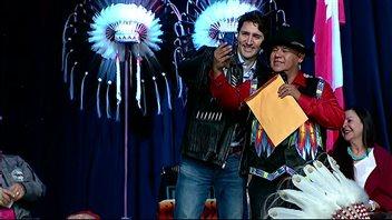 Justin Trudeau s'est prêté au jeu de l'égoportrait avec un membre de la nation Tsuut'ina.