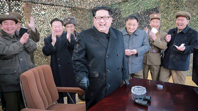 Kim Jong-un tout sourire alors qu'il supervise l'essai d'un nouveau système de lancement de missiles. (Photo non datée)