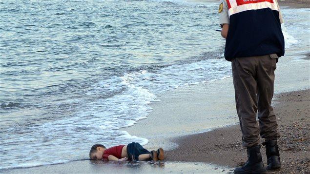 Le corps du jeune Alan Kurdi, retrouvé mort sur la côte turque, le 2 septembre 2015.