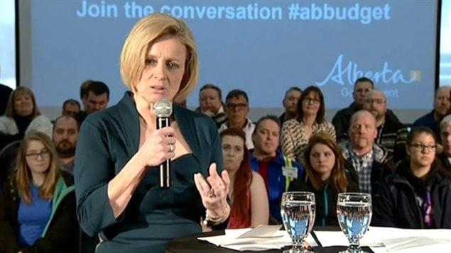 La première ministre Rachel Notley a répondu aux inquiétudes quant à l'économie devant la population de Fort McMurray.