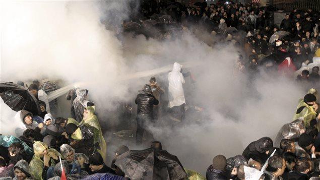 La police a fait usage de gaz lacrymogène et de canons à eau pour disperser des manifestants près des bureaux du journal Zaman, à Istanbul, le 4 mars.