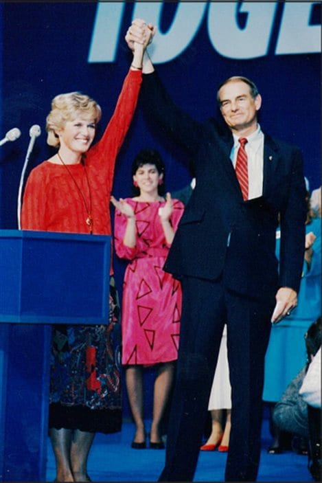 Margaret Getty tient la main de son mari Don au congrès pour la direction du Parti progressiste-conservateur de l'Alberta en 1985.
