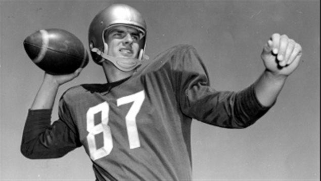 Don Getty, qui a été quart-arrière des Eskimos d'Edmonton de 1955 à 1965, pose en uniforme et avec un ballon dans une photo non datée.