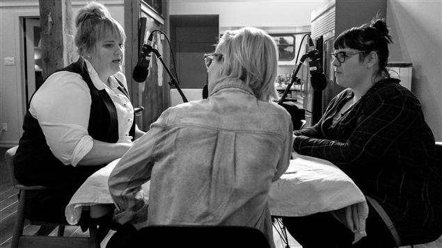 La comédienne Debbie Lynch-White (à gauche) et la photographe Julie Artacho (à droite)