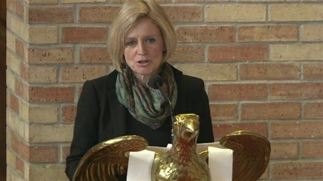 La première ministre de l'Alberta. Rachel Notley, fait une allocution durant les funérailles d'État de l'ex-premier ministre albertain Don Getty à la cathédrale anglicane All Saints d'Edmonton, le 5 mars 2016.