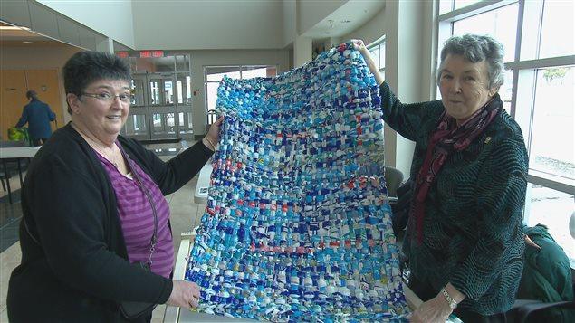 recyclage des sacs de plastique transform s en matelas pour les pays d favoris s ici radio. Black Bedroom Furniture Sets. Home Design Ideas