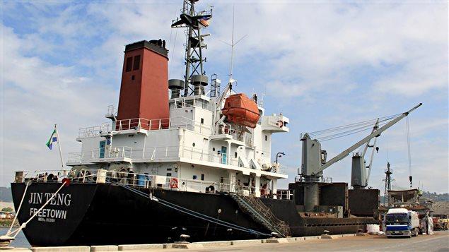 Amarré dans un port des Philippines depuis le 3 mars, le bateau qui serait nord-coréen sera arraisonné par les Philippines.