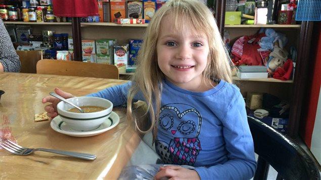 Lili, dont l'arrière-grand-père est originaire de Saint-André-de-Restigouche, est venue déguster la soupe de Véronique durant sa semaine de relâche en Gaspésie.