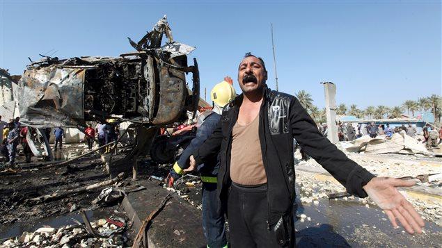 Un homme sur le site de l'attentat-suicide de Hilla, en irak