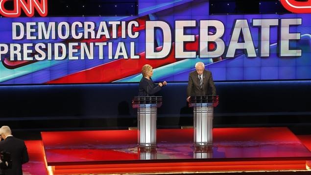 Les candidats démocrates Hillary Clinton et Bernie Sanders lors du débat de dimanche soir.