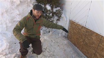 Derek Mimeault montre la fenêtre qui a été cassée
