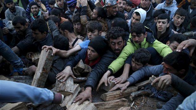 À Idomeni, à la frontière gréco-macédonienne, des migrants se disputent du bois de chauffage.