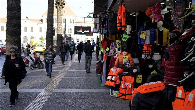 À Izmir, en Turquie, des vestes de flottaison continuent d'être offertes dans de nombreux magasins.
