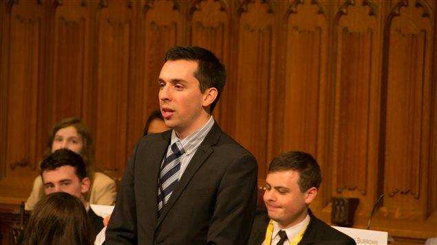 Gabriel Tougas et d'autres participants lors d'une simulation de session parlementaire