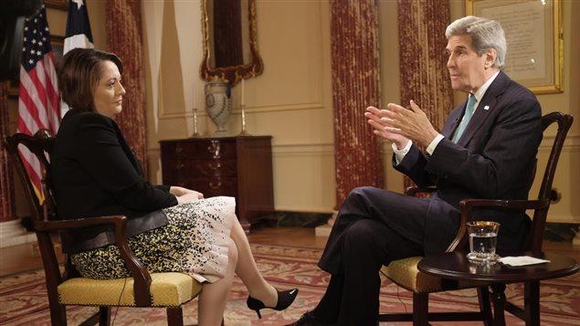John Kerry avec la présentatrice de Power & Politics Rosemary Barton