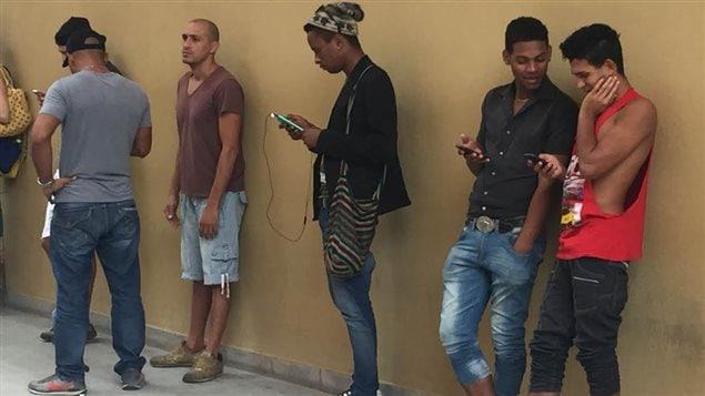 Des Cubains connectés à un réseau wi-fi à La Havane