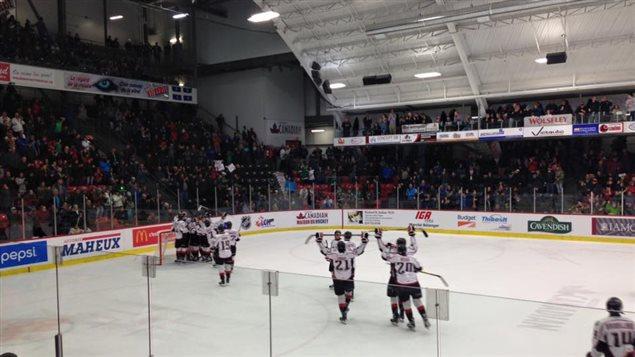 Les Huskies célébrant leur victoire face aux Foreurs de Val-d'Or le 9 mars 2016
