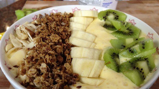 Servir le smoothie dans un bol permet d'ajouter des noix et des fruits pour en faire un déjeuner complet.