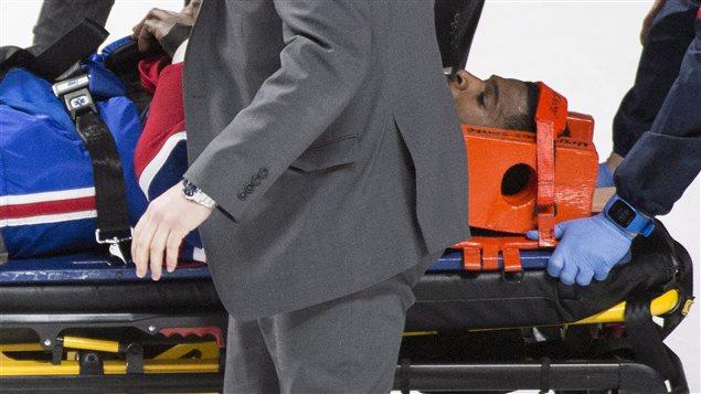 P.K Subban est escorté par les médecins du CH sur une civière.