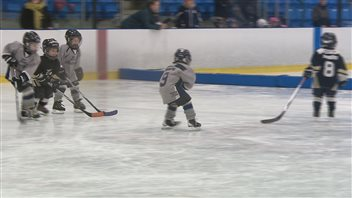 Daniel Niu joue au hockey