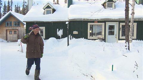 René Dugas vit seul en forêt au nord de Baie-Comeau depuis 20 ans.