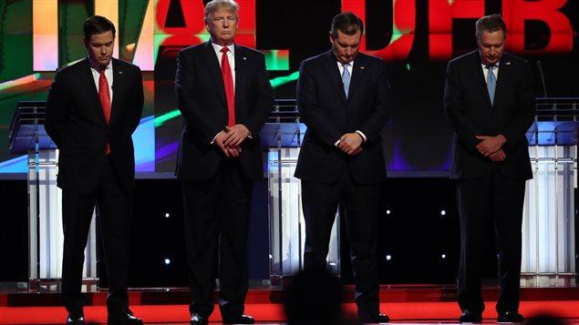 Marco Rubio, Donald Trump,Ted Cruz et John Kasich observent une minute de silence en hommage à Nancy Reagan, lors d'un débat en Floride.