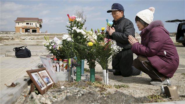 Des parents prient pour leur fille qui a perdu la vie dans la catastrophe de Fukushima.