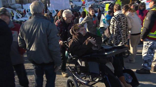 Des dizaines de personnes manifestent contre la fermeture imminente du Pavillon Sainte-Marie à Saint-Jérôme.