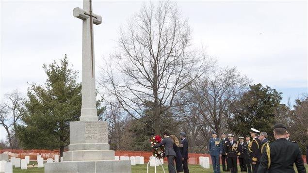 Justin Trudeau dépose une couronne de fleurs sur une grande croix qui honore la mémoire des Canadiens au cimetière national d'Arlington.
