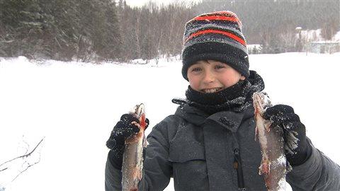 Joey a pêché deux truites au lac des Rapides dans le cadre du Festival des hivernants.
