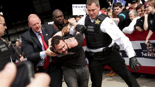 Un manifestant arrêté lors d'un discours de Donald Trump en Ohio