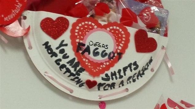 Dans une photo publiée le 13 février 2016 sur la page Facebook de Shelley Bramhoff Sikorski, on voit un cadeau de Saint-Valentin offert à son fils Degas, cadeau sur lequel on peut lire son nom, une injure homophobe et la mention «Tu n'obtiens pas de quarts de travail pour une raison».
