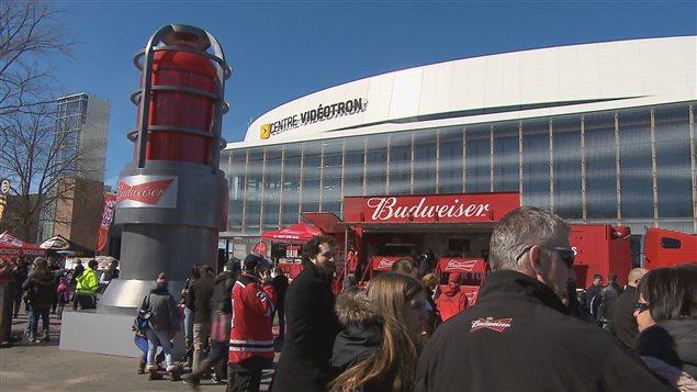 Les amateurs de hockey réunis devant le Centre Vidéotron ont pu voir la Lumière de but du Canada Budweiser.