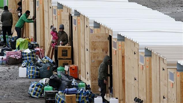 Le nouveau camp, conçu à l'origine pour 2500 personnes, sera constitué de 375 abris en bois chauffés, pouvant contenir chacun quatre personnes, rapporte Médecins sans frontières.