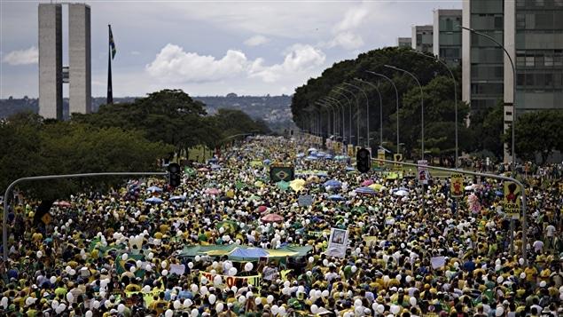 La police a estimé à 50 000 le nombre de manifestants réunis devant le Congrès national à Brasilia, capitale du Brésil, le 13 mars 2016.