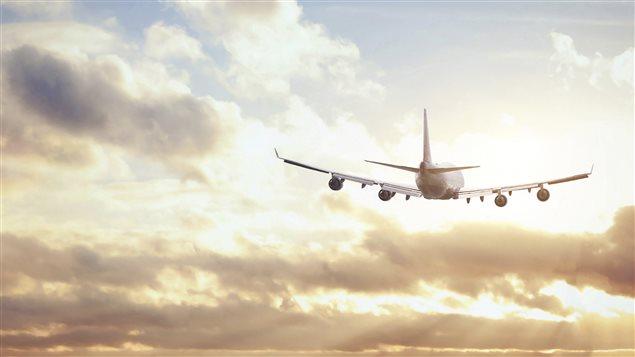 Un avion déchire le ciel.