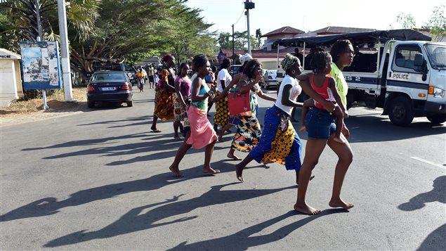 Des personnes évacuent la plage de Grand-Bassam, à la suite d'une fusillade dans une station balnéaire en Côte d'Ivoire.