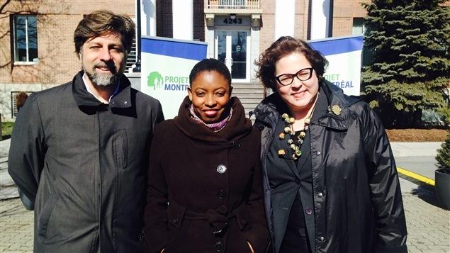 La candidate à la mairie de Montréal-Nord, Kerlande Mibel, entourée du chef par intérim de Projet Montréal, Luc Ferrandez, et de la présidente du parti, Nathalie Goulet.