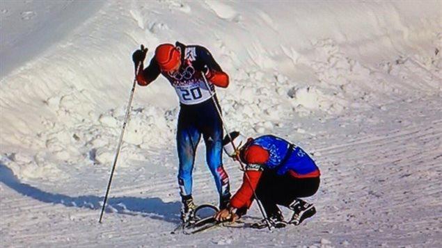 Justin Wadsworth donnant un ski au Russe Anton Gafarov à Sotchi