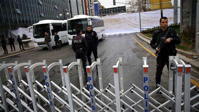 Des experts de la police scientifique turque colligent toujours des indices, lundi, à la place Kizilay, site de l'attentat de dimanche. Des draps blancs protègent les lieux du regard des curieux.