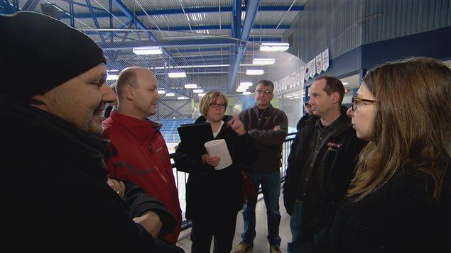Notre journaliste Clara Baillot avec des parents opposés à la suspension d'une entraîneur de hockey.