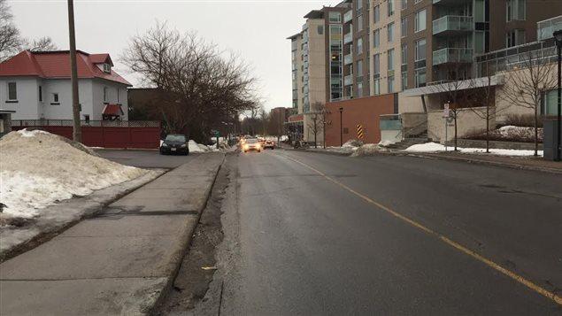 La ligne jaune au milieu de la chaussée disparaîtra sur une partie de l'avenue Byron si le projet va de l'avant.