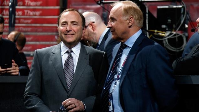 Gary Bettman (gauche) et Colin Campbell (droite)