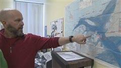 Gilles Thériault, directeur de l'Association des chasseurs de phoques des Îles-de-la-Madeleine pointe une carte.