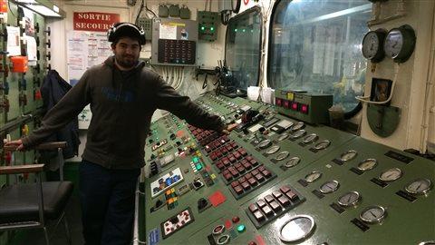 Technicien devant la salle des machines du CTMA Voyageur