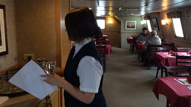 Serveuse et passagers dans la salle à manger