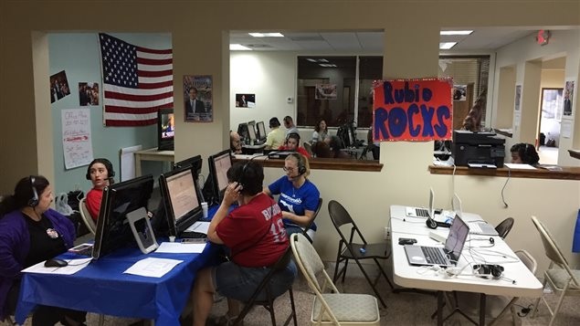 Des bénévoles appellent des électeurs le quartier-général de Marco Rubio à Miami.