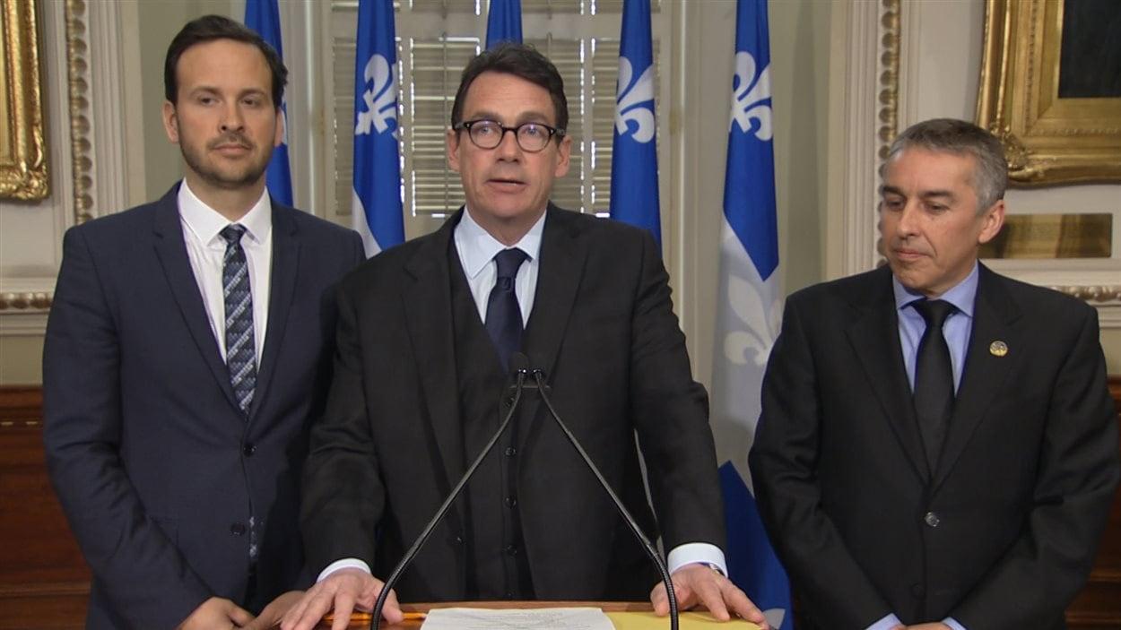 Le chef péquiste Pierre Karl Péladeau a présenté les demandes budgétaires du PQ en compagnie des députés Alexandre Cloutier (à gauche) et Nicolas Marceau (à droite).